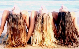 грижа за косата на плажа